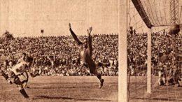 Um dos sete gols de Baldonedo sobre o Brasil. Quem sofre é Jurandyr, que jogaria no futebol argentino (por Ferro Carril Oeste e Gimnasia LP). Agradecimentos ao historiador Esteban Bekerman pela foto